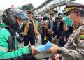 Dirlantas Polda Metro Jaya Kombes Pol.Sambodo Purnomo Yogo secara simbolis membagikan bantuan paket Sembako Presiden Jokowidodo kepada pekerja transportasi ojek. (foto :Ist)