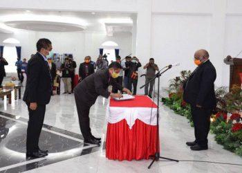 Wagub Papua : Klemen Tinal (Masker Orange) Pejabat Sekda Papua : Ridwan Rumasukun sedang tanda tangan (Masker Kuning) Mantan Sekda Papua : Hery Dosinaen (Berdiri dibelakang, Masker Biru)