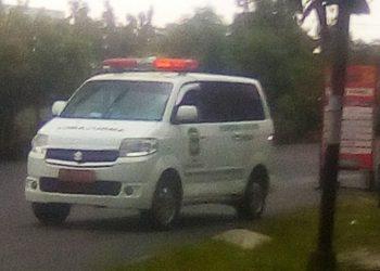 Mobil Ambulance yang membawa ke empat anggota keluarga PDP Positif Covid yang dievakuasi dari Jl Farel Pasaribu ke RSUD Djasamen Saragih