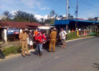 Disaksikan Camat, Tim Kerja siap berangkat ke rumah sarga melakukan penyemprotan. (Foto-doc: Bang Lahi)