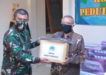 Danrem 072/Pmk Kolonel Arh Ibnu Bintang Setiawan, SIP, MM serahkan bantuan APD kepada Bupati Bantul Drs Suharsono. (Ft Penrem 072/Pmk)