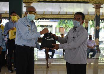 Bupati Sleman Drs H Sri Purnomo, MSi serahkan bantuan bahan pangan bagi 11 desa se-Kabupaten Sleman. (Foto Humas Pemkab Sleman)
