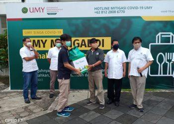 Rektor UMY Gunawan Budiyanto serahkan bingkisan kepada perwakilan jurnalis yang biasa liputan kegiatan di lingkungan UMY. (Foto Affan)
