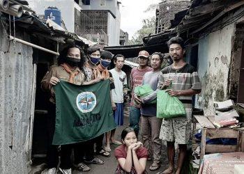 Mahasiswa Ahmad Dahlan Pecinta Alam (MADAPALA) Universitas Ahmad Dahlan (UAD) Yogyakarta ketika membagi sembako gratis. (Foto: Affan)
