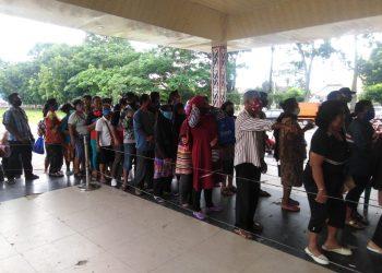 Barisan warga yang panjang menunggu giliran dipanggil untuk mendapatkan BST