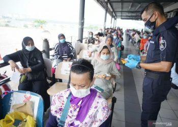 Para PATI (Pendatang Asing Tanpa Izin) dari Indonesia sedang dalam proses pemberangkatan pulang. (Foto: Antara)