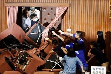 Anggota Parlemen dari Partai Progresif Demokratik - Democratic Progresive Party (DPP) bentrok dengan anggota Parlemen opisisi utama Partai Kuomintang (KMT), yang telah menduduki Legislatif Yuan di Taipei, Taiwan, Senin (29/06/2020) - [Foto: Ann Wang/Reuters]