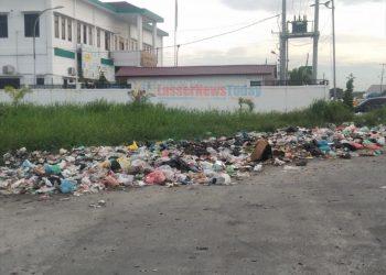 Tumpukan sampah di Jalan Pelabuhan Raya I. Persis di samping Kantor Kejaksaan Belawan. (Foto: Jakfar-LNT)