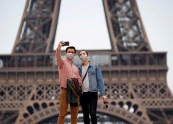 Ilustrasi: Turis sedang berpose di Menara Eiffel Paris (Sumber foto: VOA Indonesia)